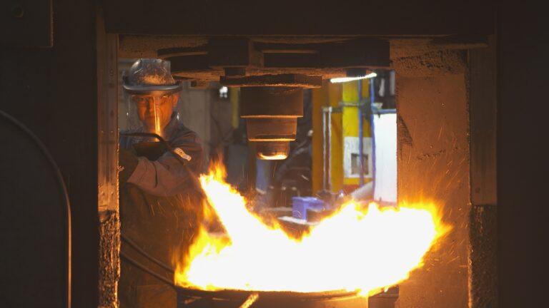 Forgeron au travail dans les Forges de Bologne