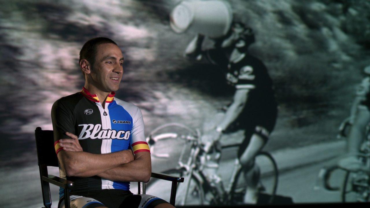 Le Roi du Mont Ventoux - Juan Manuel Garate devant une archive d'Eddy Merckx