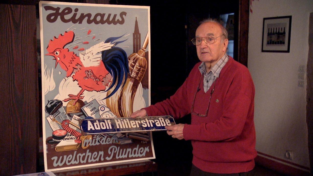 """Image extraite du film """"Après la guerre, l'Alsace-Moselle c'est la France"""" - Panneau de rue """"Adolf Hitlerstraße"""""""